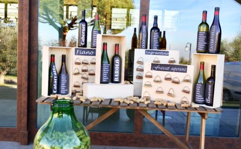tableau realizzato con bottiglie di vino